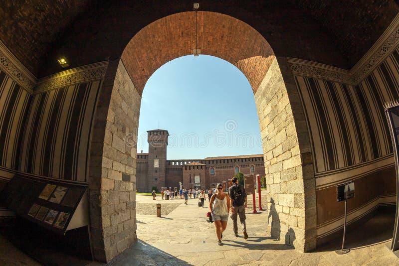 Sforzakasteel met toeristen, Milaan, Italië stock foto