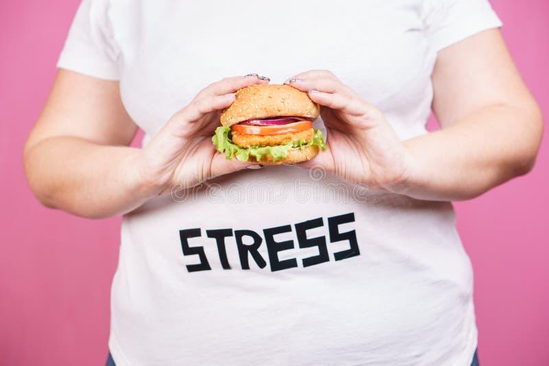 Sforzo, alimenti a rapida preparazione, bulimia, eccesso di cibo compulsivo immagini stock libere da diritti