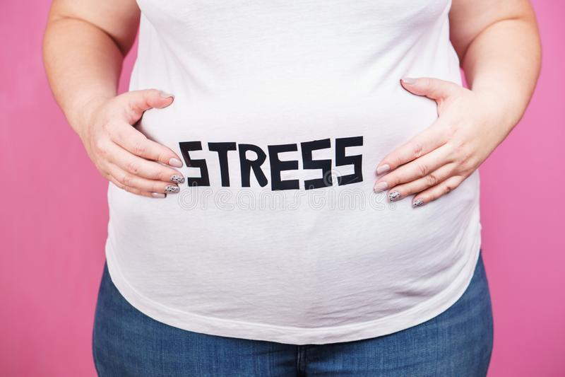 Sforzo, bulimia, eccesso di cibo compulsivo, di peso eccessivo immagine stock