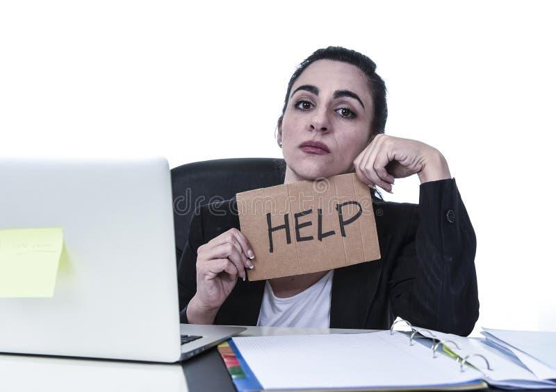 Sforzo disperato di sofferenza della donna di rappresentazione del segno latino di aiuto sul lavoro mentre sedendosi al computer  fotografie stock