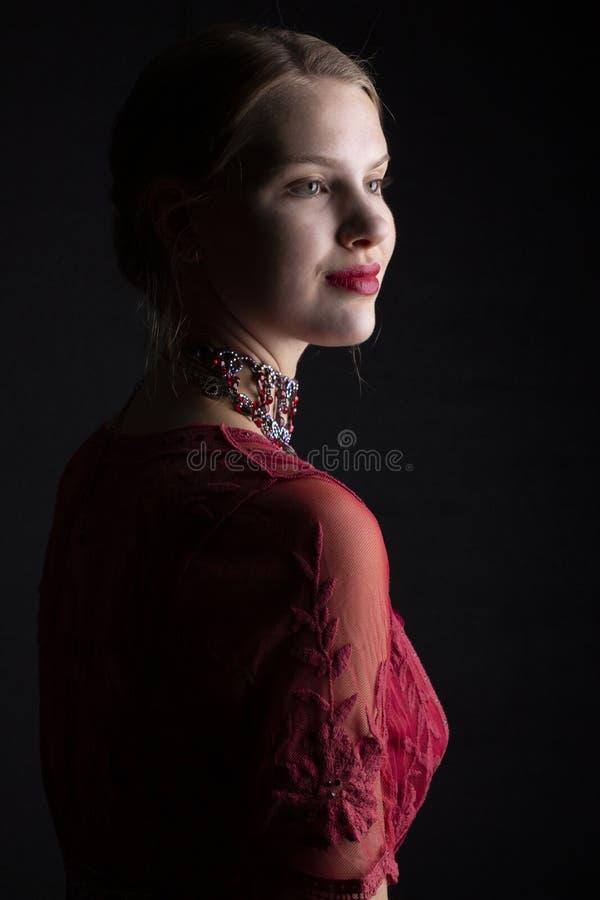 1910'sfrau im roten Spitzekleid stockfotos