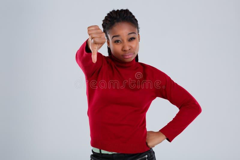 Sfrustowana afroamerykańska dziewczyna, przedstawienia na szeroko rozpościerać ręce przed jej puszka gestem zdjęcie stock