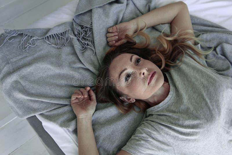 Sfrustowana dama na demontującym łóżku fotografia stock