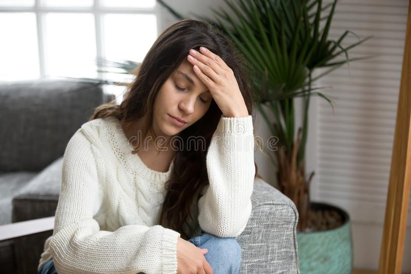 Sfrustowanej zmęczonej przygnębionej kobiety czuciowej migreny wzruszający foreh obrazy stock