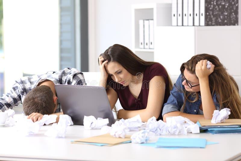 Sfrustowani przedsiębiorcy poddaje się przy biurem zdjęcie royalty free