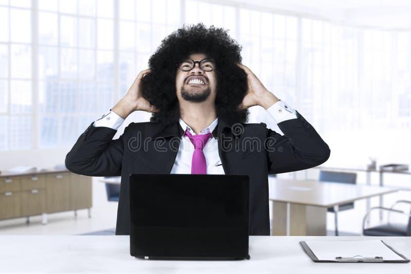 Sfrustowany Afrykański biznesmen z laptopem obrazy stock