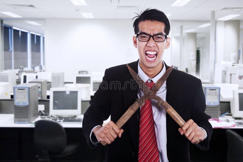 Biznesmen ciie jego szyję z nożycowym fotografia stock