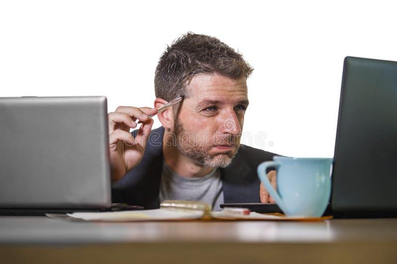 Sfrustowany biznesmen desperacki przy biurowego komputeru biurka mienia notepad z hashtag ja zbyt metoo jako wykorzystujący praco obraz royalty free