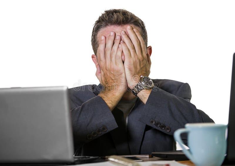 Sfrustowany biznesmen desperacki przy biurowego komputeru biurka mienia notepad z hashtag ja zbyt metoo jako wykorzystujący praco fotografia stock