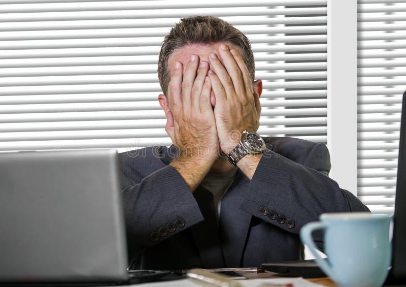 Sfrustowany biznesmen desperacki przy biurowego komputeru biurka mienia notepad z hashtag ja zbyt metoo jako wykorzystujący praco fotografia royalty free