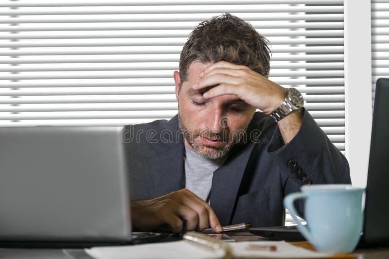 Sfrustowany biznesmen desperacki przy biurowego komputeru biurka mienia notepad z hashtag ja zbyt metoo jako wykorzystujący praco obrazy stock
