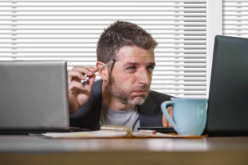 Sfrustowany biznesmen desperacki przy biurowego komputeru biurka mienia notepad z hashtag ja zbyt metoo jako wykorzystujący praco obrazy royalty free