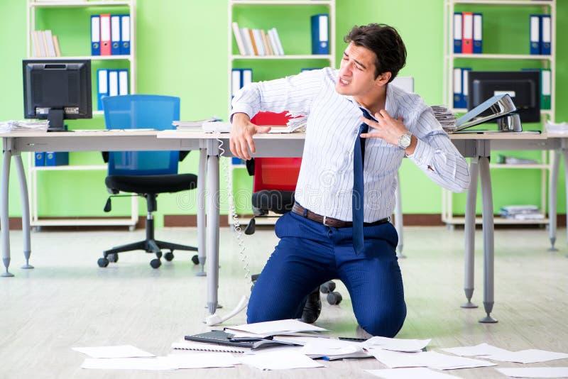 Sfrustowany biznesmen stresujący się od przesadnej pracy fotografia stock