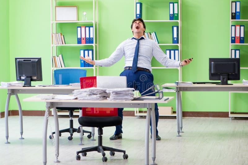 Sfrustowany biznesmen stresujący się od przesadnej pracy zdjęcie royalty free