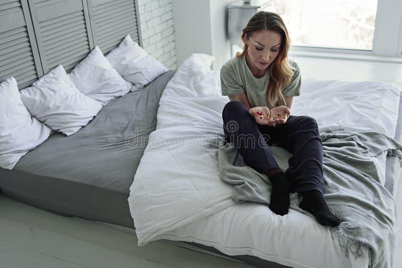 Sfrustowany damy obsiadanie na łóżku zdjęcie royalty free
