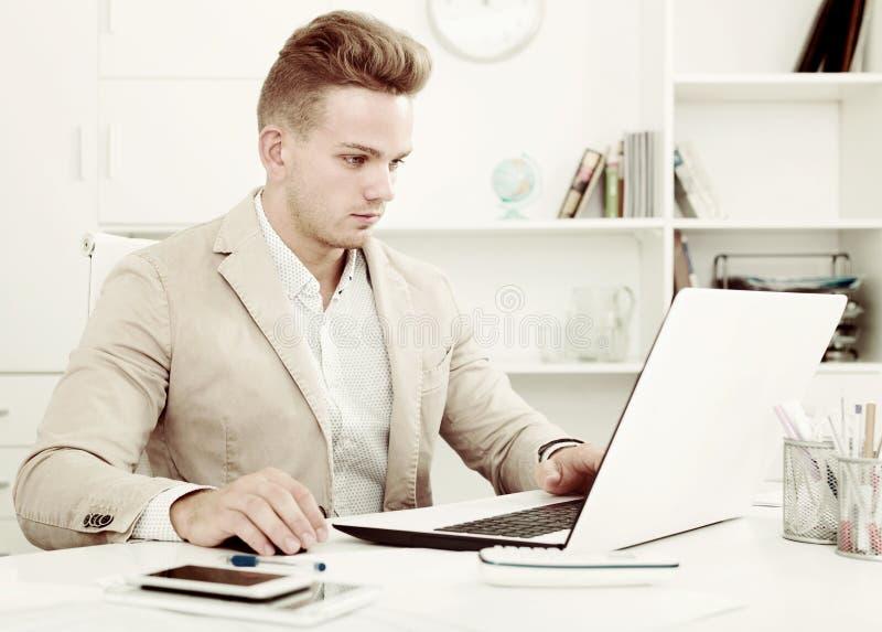 Sfrustowany kierownik robi papierkowej robocie przy biurem zdjęcie royalty free