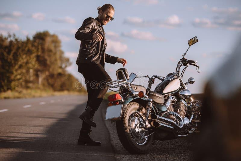 sfrustowany męski kopanie łamający rowerzysty motocykl obraz royalty free