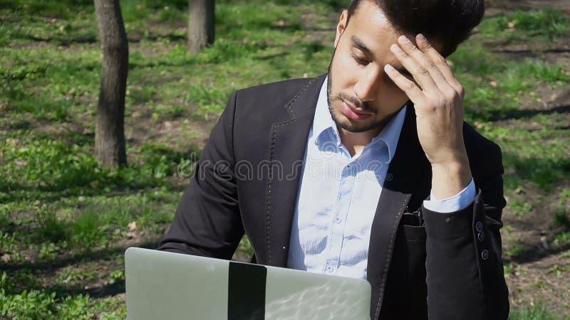 sfrustowany mężczyzna czekania email od banka na laptopie r obraz stock