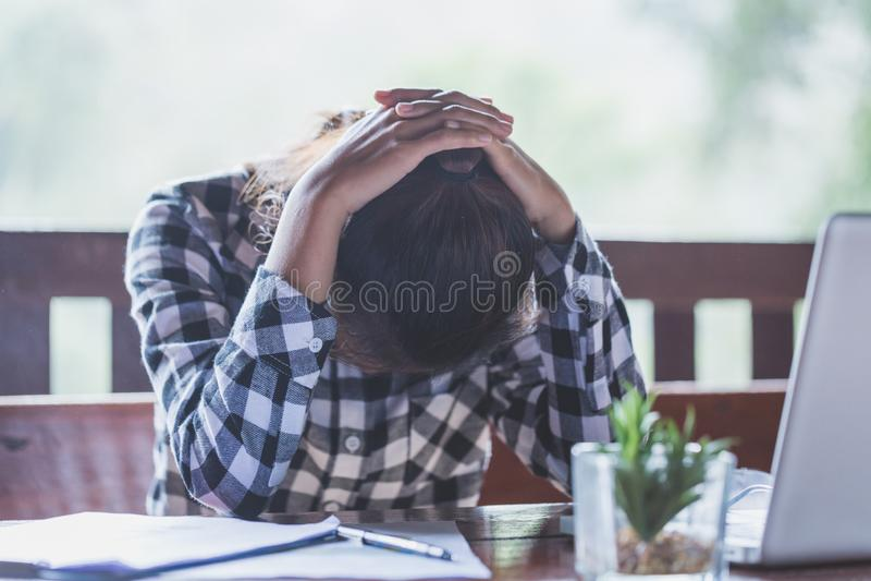 Sfrustowany smutny kobiety uczucie męczył zmartwionego o problemu z fotografia royalty free