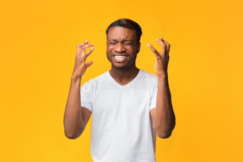 Sfrustrowany Człowiek Afro Gesting Z Rękami Wyrażającymi Rozczarowanie, Studio Shot fotografia royalty free