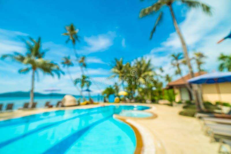 Sfuocatura astratta e piscina all'aperto defocused in hotel e nella r fotografie stock