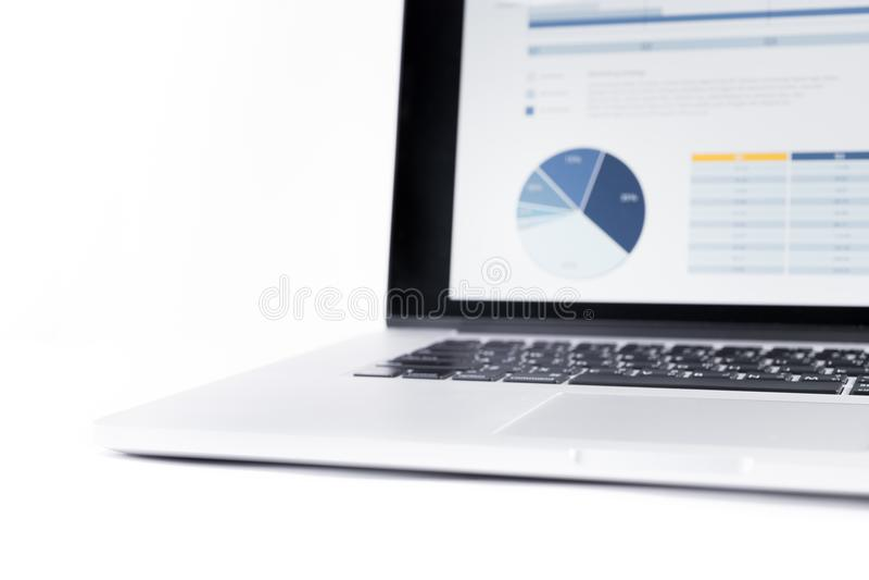 Sfuocatura dei grafici di statistiche visualizzati sullo schermo del computer portatile fotografia stock libera da diritti