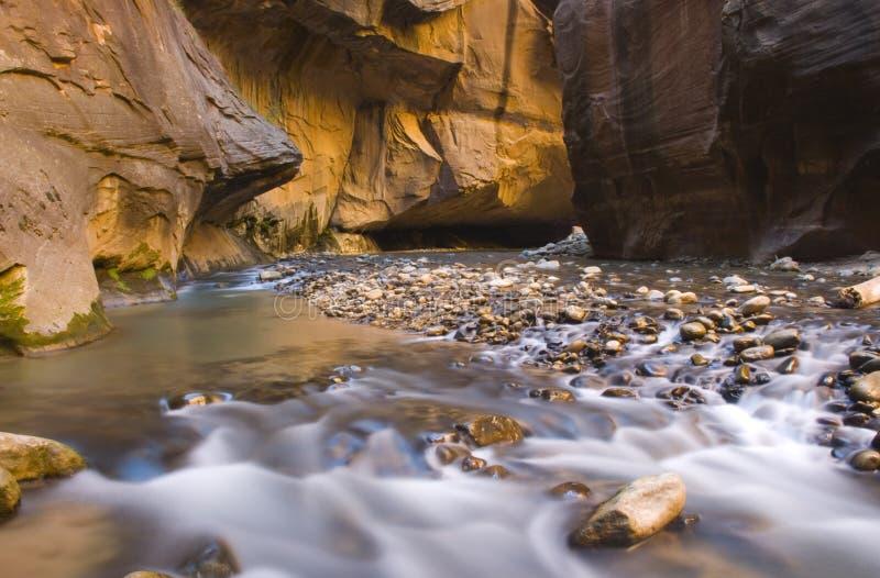 Sfuocatura dell'acqua degli stretti fotografia stock