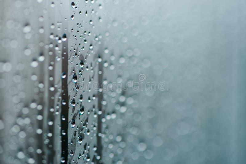 Download Sfuocatura Delle Gocce Di Acqua Naturali Sul Tono Verde Grigio Fotografia Stock - Immagine di nave, raindrop: 56884044