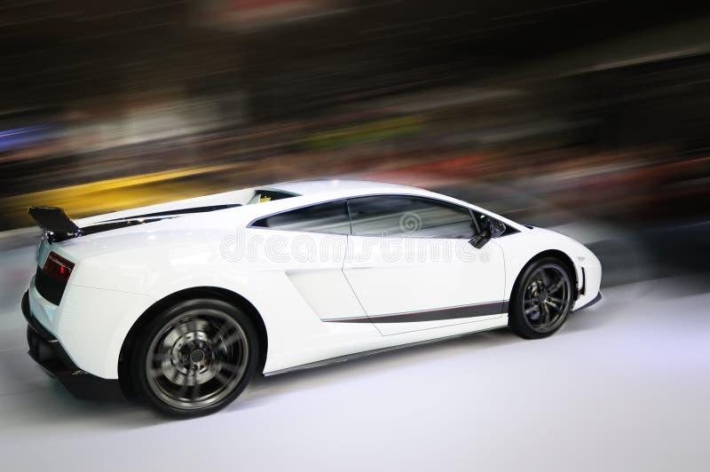Sfuocatura di movimento bianca dell'automobile fotografia stock libera da diritti