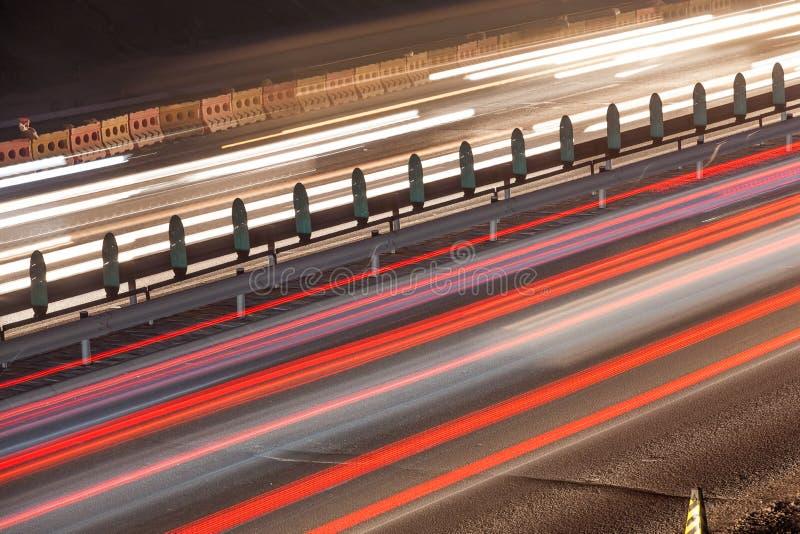 Sfuocatura di movimento occupata di traffico di notte fotografia stock libera da diritti