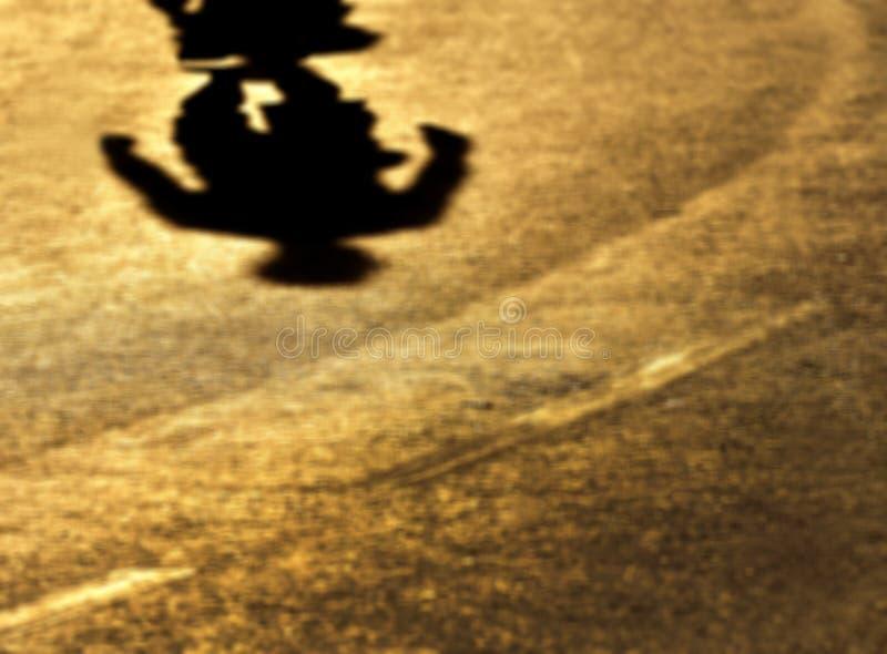 Sfuocatura-ombre di da solo su una passeggiata fotografia stock