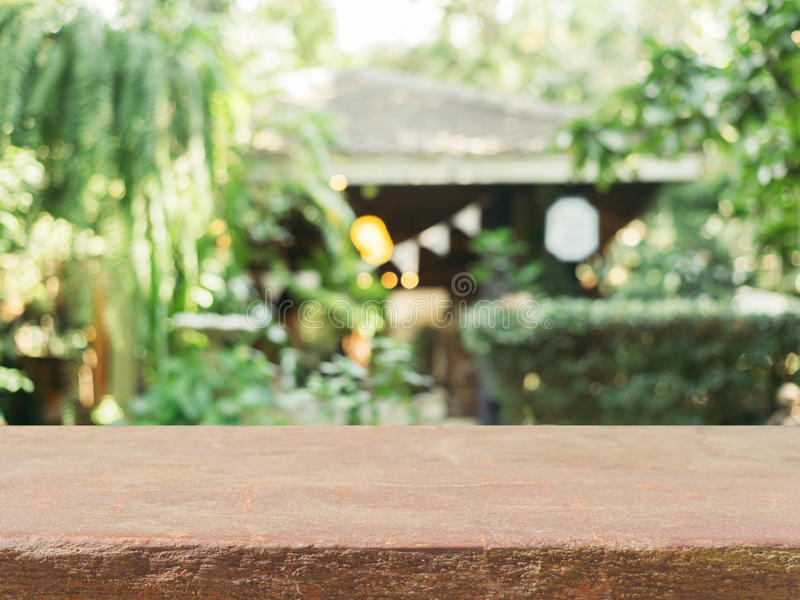 Sfuocatura vuota della tavola del bordo di pietra nel fondo della caffetteria - può essere usato per derisione del montaggio o de fotografie stock libere da diritti