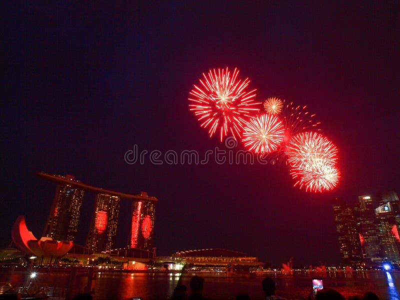 SG50 - Affichage d'or de feux d'artifice du jubilé 2015 de Singapour photo stock