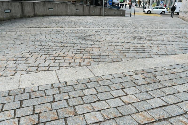 , SG/Suíça - 8 de abril de 2019: estrada da pedra que conduz da cidade velha da vontade para baixo na cidade nova com tráfego  fotos de stock royalty free