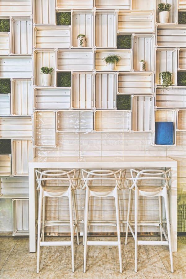 Sgabelli Da Bar In Caffe Moderno O Parete Domestica Della Cucina ...
