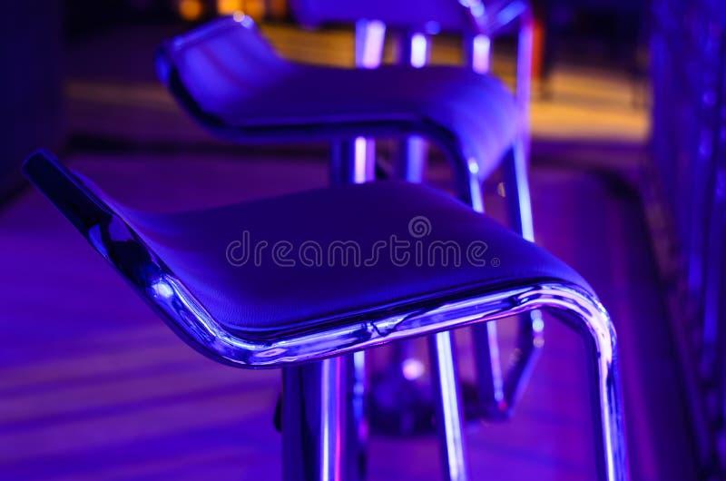 Sgabello da bar vuoto in night-club immagine stock