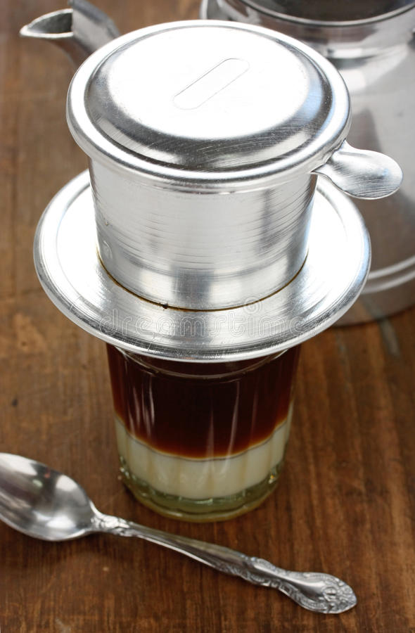 Sgocciolatura del caffè nello stile vietnamita fotografie stock libere da diritti