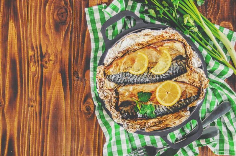 Sgombro al forno e patate del pesce immagine stock libera da diritti