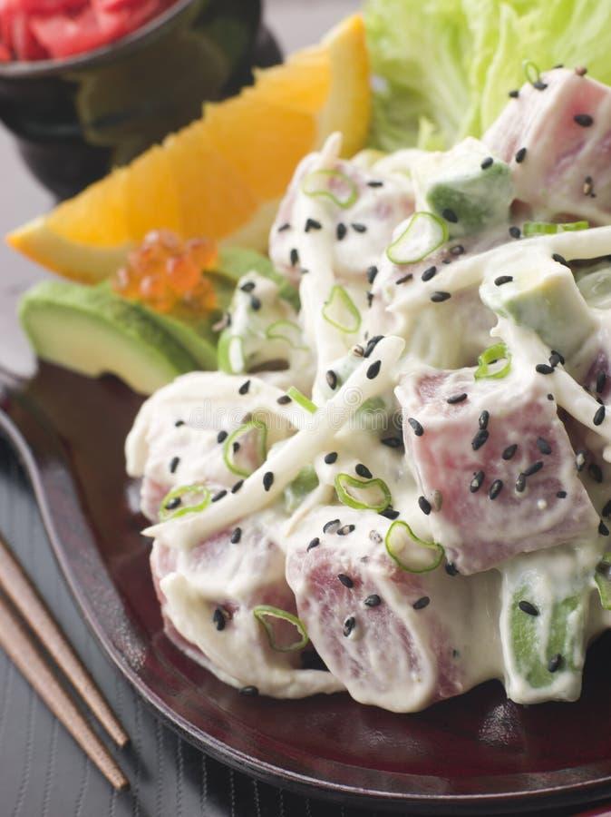 Sgombro del sashimi ed insalata di Wasabi con l'avocado ed il colore rosso immagini stock libere da diritti
