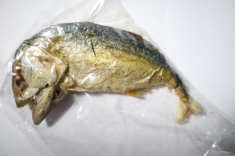 Sgombro fritto in un chiaro sacchetto di plastica fotografie stock