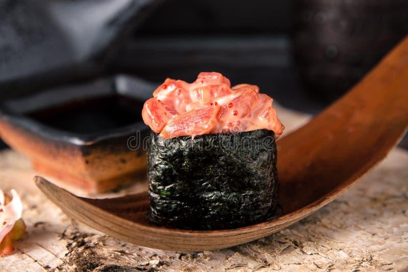 Sgombro piccante Gunkan Menu dei sushi immagine stock