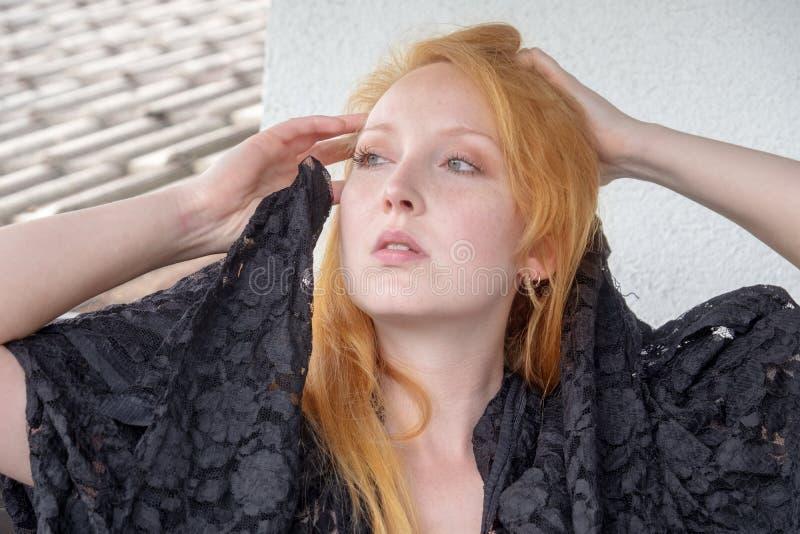 Sguardi superiori neri di bello baccano della giovane donna seducente premurosi da parte fotografie stock