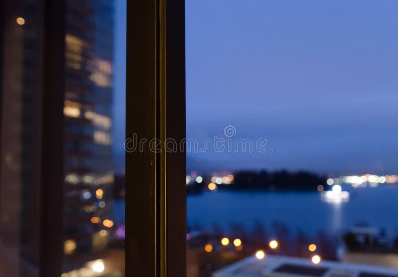 Sguardo al crepuscolo dei colori sopra il porto del carbone attraverso l'alta finestra immagine stock libera da diritti