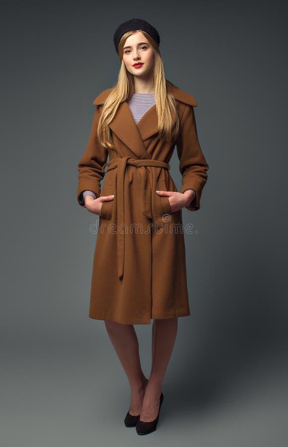 Sguardo del francese della primavera Gir romantico dolce Cappotto marrone alla moda fotografie stock libere da diritti