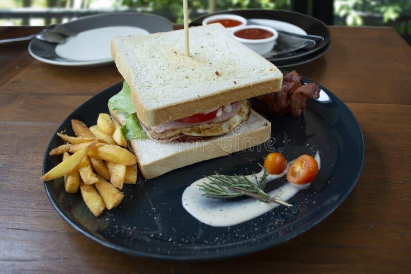Sguardo del panino di club in modo da pronto da mangiare delizioso immagini stock libere da diritti