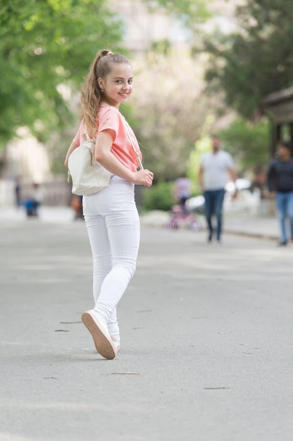 Sguardo del suo meglio stesso in questa usura alla moda e comoda Ragazza alla moda adorabile Piccolo modello di moda con lo sguar fotografie stock