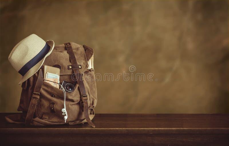 Sguardo dell'immagine del concetto di viaggio, oggetti essenziali di vacanza fagotto fotografia stock libera da diritti
