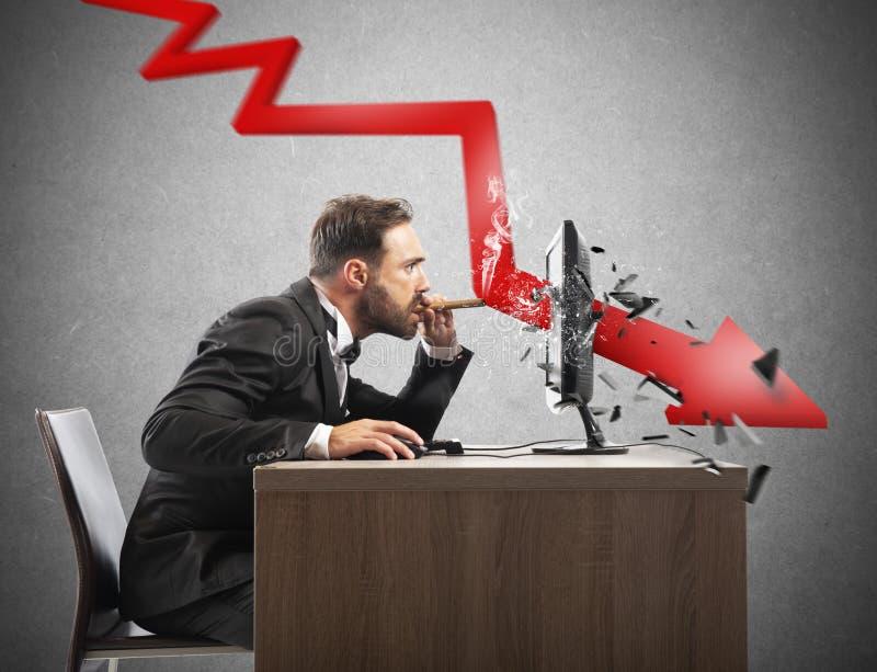 Sguardo dell'uomo d'affari il rapporto negativo della sua società Una freccia rossa rompe lo schermo immagine stock