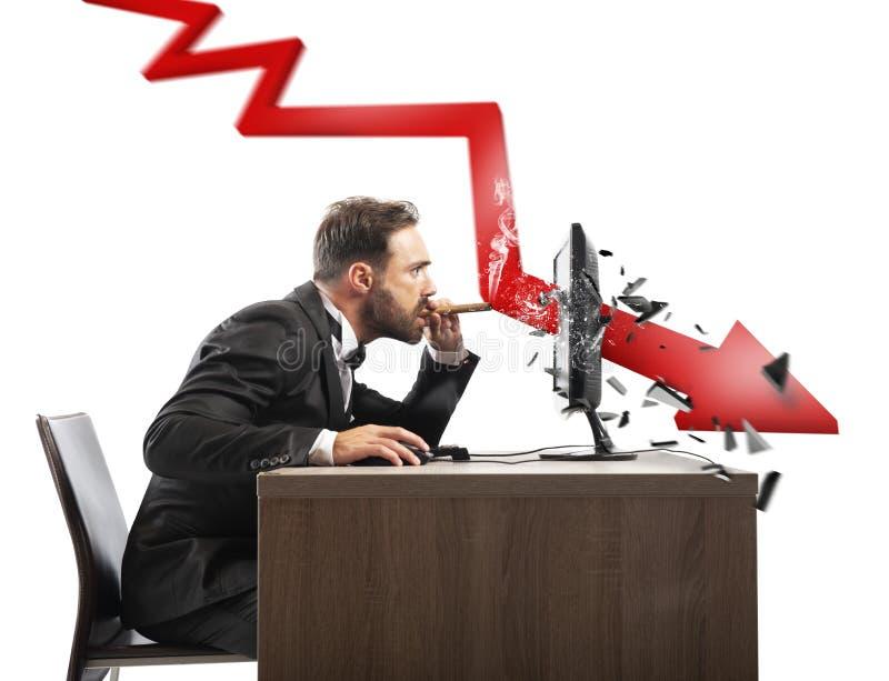 Sguardo dell'uomo d'affari il rapporto negativo della sua società Una freccia rossa rompe lo schermo fotografia stock libera da diritti