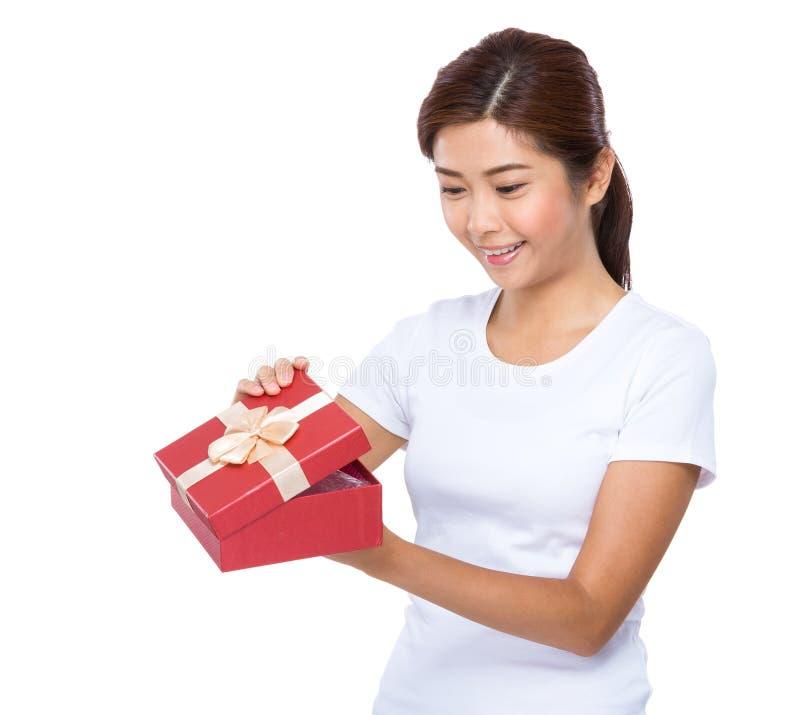 Sguardo della donna al contenitore di regalo rosso fotografie stock libere da diritti